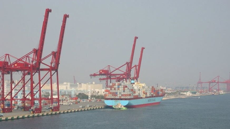 Maersk to offer customers carbon-neutral transport